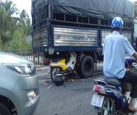 Xe máy găm vào gầm ô tô tải trên quốc lộ, 2 người trọng thương