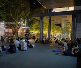Người Việt nằm chờ mua iPhone X trong đêm ở Singapore
