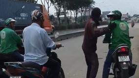 Nhóm xe ôm buộc cô gái đi bộ giữa trời nắng vì đặt Grab