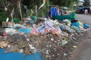 Rác tràn ngập khu ăn uống của sinh viên ở làng Đại học