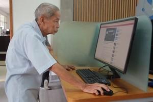 Cụ ông 77 tuổi say mê học tiếng Anh