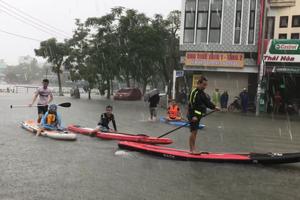 Đà Nẵng biến thành sông, dân di chuyển bằng xuồng