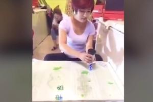 Cô gái xinh đẹp biểu diễn lắc xí ngầu điêu luyện