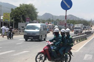 Nơi người đi xe máy không đội mũ bảo hiểm