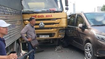 Xe bồn lao vào dòng xe chờ đèn đỏ ở đường Trường Chinh