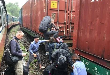 Đá tảng chặn đường tàu, hành khách hú vía
