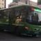 Hãi hùng xe buýt leo lề để tránh kẹt xe