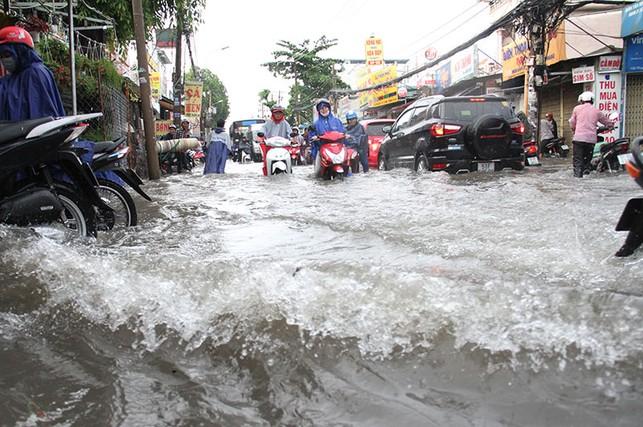 TP.HCM: Mưa như trút nước, người dân bì bõm về nhà
