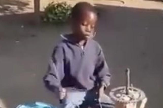 Cậu bé chơi trống cực hay bằng vật dụng quen thuộc