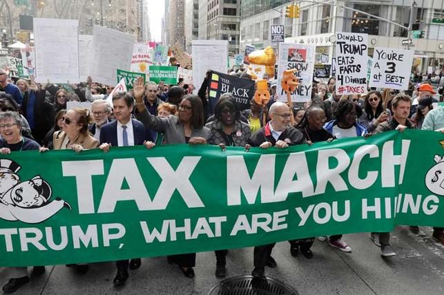 Biểu tình khắp nước Mỹ đòi ông Trump công khai thu nhập