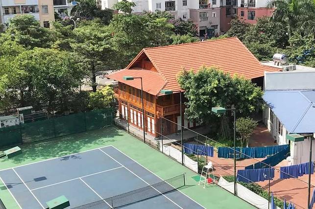 Nhà sàn cùng sân tennis 'mọc' trong trường học
