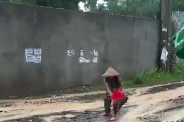 Chủ tịch phường lý giải chuyện cụ bà đội mưa 'vá đường'