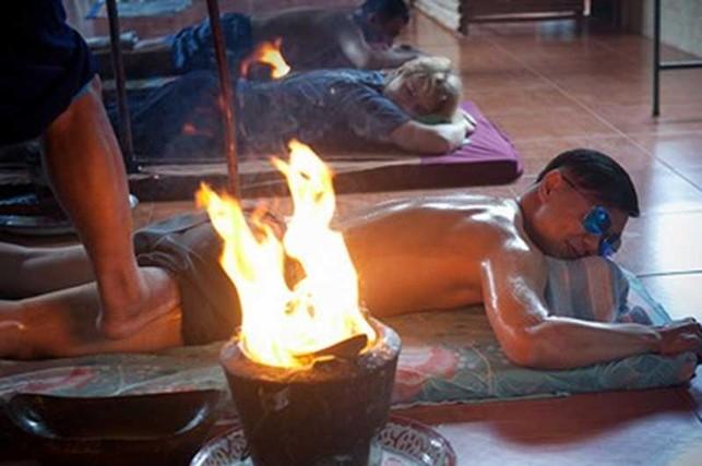 Trải nghiệm massage bằng chân và lửa ở Thái Lan