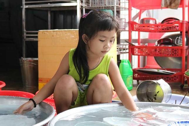 Mong ước được đến trường của bé gái 7 tuổi