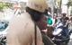 Hai thanh niên lạng lách, ép đầu xe CSGT