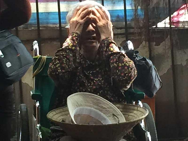 Bà cụ ngồi xe lăn, 8 đứa con ruột và 1 người con nuôi