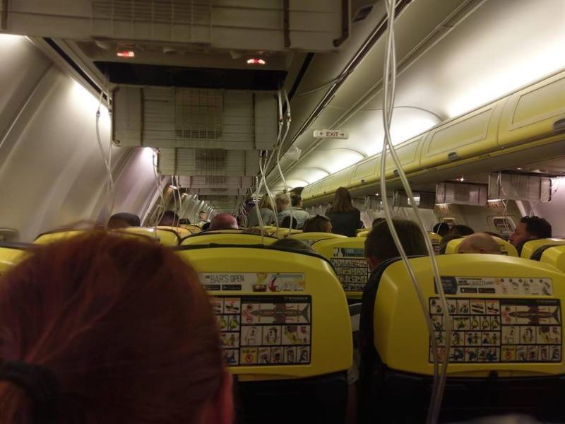 áy bay hạ cánh khẩn, 33 hành khách chảy máu tai nhập viện