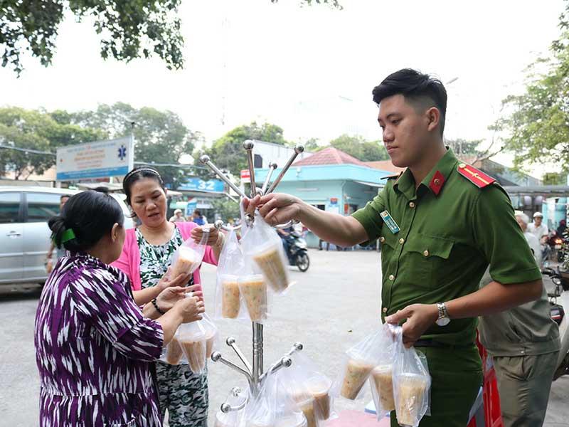 Công an nấu cháo giúp bệnh nhân nghèo