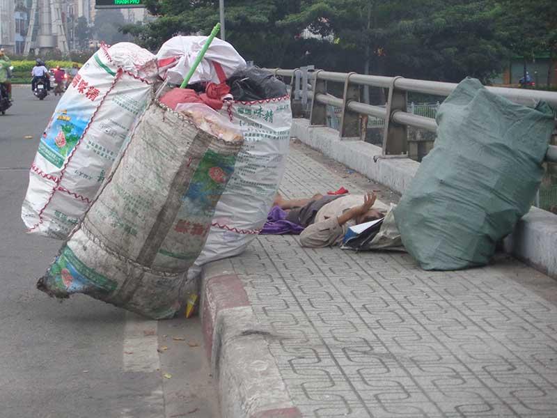 Thật nguy hiểm khi ngủ trên cầu thế này
