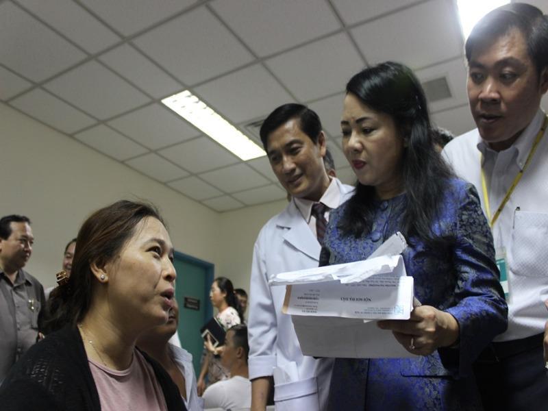 Người dân than phải chờ khám lâu với bộ trưởng Bộ Y tế