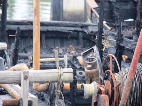Chặt dây neo con tàu đang cháy ở cảng Sa Kỳ - ảnh 1