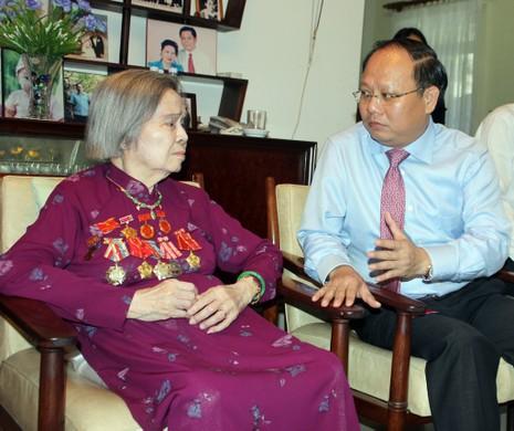 Lãnh đạo TP.HCM thăm phu nhân Tổng Bí thư Lê Duẩn - ảnh 1