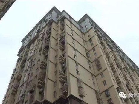 Tòa chung cư ghép đôi nơi cậu bé mạo hiểm nhảy dù.