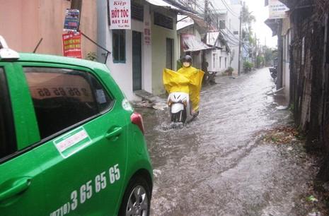 Cần Thơ mưa kéo dài, trung tâm thành phố ngập từ hẻm ra đường - ảnh 2