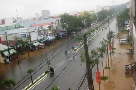 Cần Thơ mưa kéo dài, trung tâm thành phố ngập từ hẻm ra đường - ảnh 4
