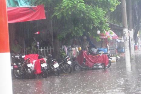 Cần Thơ mưa kéo dài, trung tâm thành phố ngập từ hẻm ra đường - ảnh 7