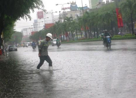 Cần Thơ mưa kéo dài, trung tâm thành phố ngập từ hẻm ra đường - ảnh 5