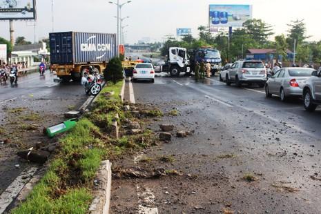 Xe container mất lái chắn ngang QL1A gây ách tắc giao thông - ảnh 1
