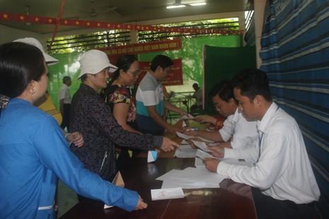 Miền Tây: Dù trời mưa, hàng ngàn cử tri vẫn đi bỏ phiếu từ rất sớm  - ảnh 5