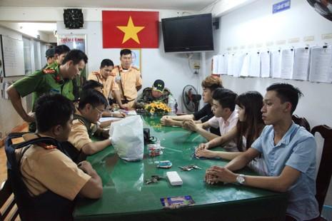 CSGT Cần Thơ bắt nhóm thanh niên mua bán ma túy - ảnh 2