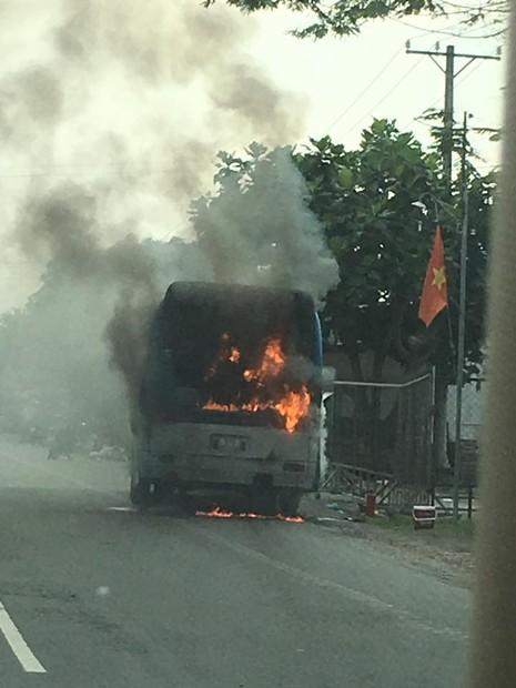 Xe khách bốc cháy dữ dội trên Quốc lộ 1A - ảnh 1