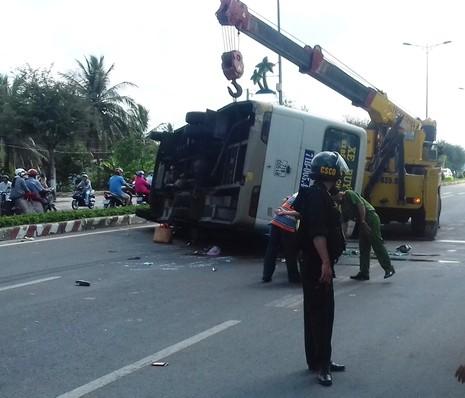 Tránh xe máy, xe buýt bị lật khiến  8 người thương vong - ảnh 1