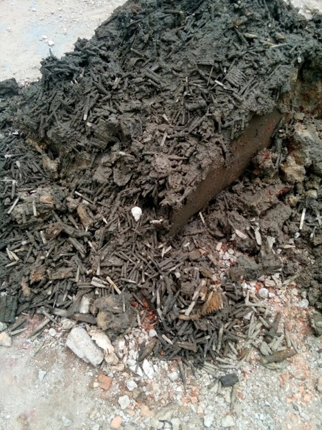 Sửa trụ sở huyện ủy ở Vĩnh Long, phát hiện 200 kg đạn  - ảnh 1