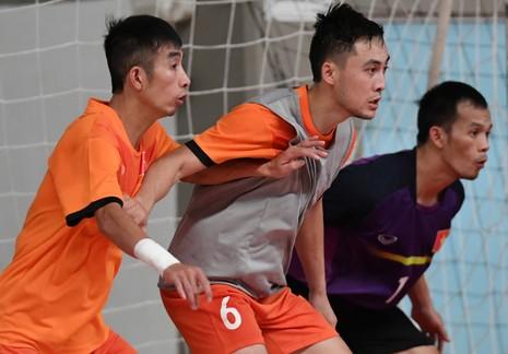 Các tuyển thủ Futsal Việt Nam miệt mài trên sân trong buổi tập cuối cùng trước trận ra quân gặp Guatemala