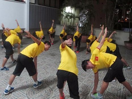 Các tuyển thủ Futsal Việt Nam tập nhẹ