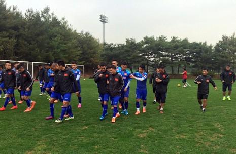 Các tuyển thủ Việt Nam chạy thả lỏng trên sân tập Paju