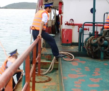 Cảnh sát biển bắt tàu Thái Lan bán dầu trái phép - ảnh 1