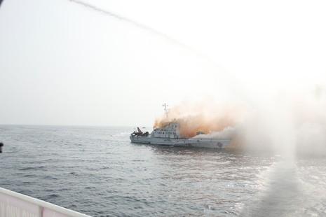 Diễn tập chống cướp biển có vũ khí gay cấn như phim hành động - ảnh 4