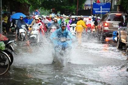 Mưa lớn, phố Hà Nội lại thành sông