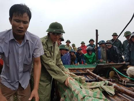 Phó Thủ tướng Vũ Đức Đam xắn quần đẩy thuyền cùng người dân xã Hải Tiến (Tĩnh Gia, Thanh Hóa)