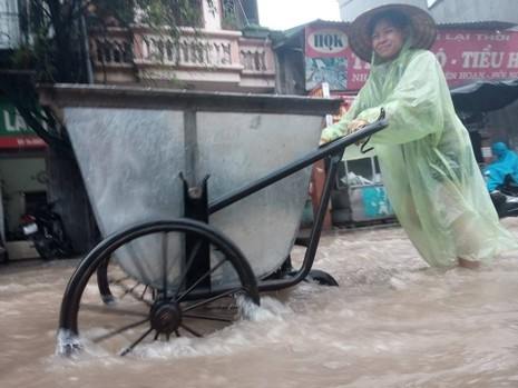 Hà Nội nhiều phố biến thành 'sông' sau cơn mưa kéo dài - ảnh 4