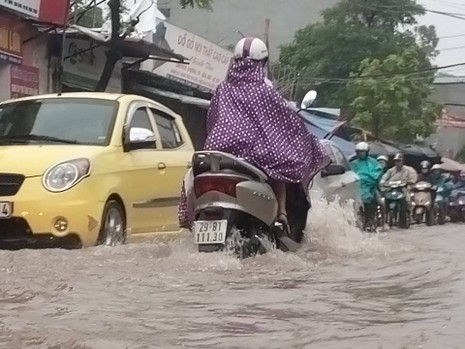 Hà Nội nhiều phố biến thành 'sông' sau cơn mưa kéo dài - ảnh 7