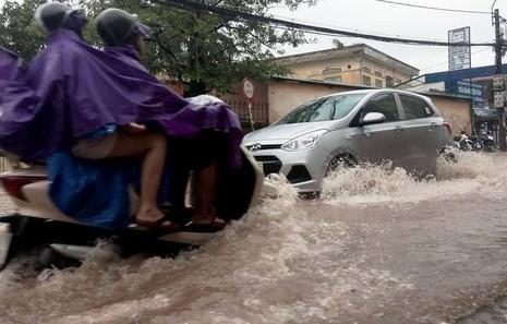 Hà Nội nhiều phố biến thành 'sông' sau cơn mưa kéo dài - ảnh 2