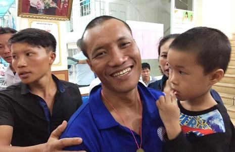 Thuyền viên Nguyễn Văn Hạ chia sẻ về những chuỗi ngày bị cướp biển Somalia bắt giữ cách đây bốn năm trước tháng 2-2012. Ảnh: Đ. TRUNG