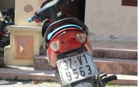 Bắt hai thiếu nữ điều khiển xe máy đi cướp điện thoại  - ảnh 1