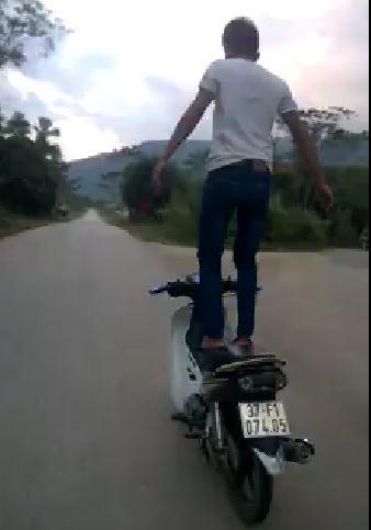 Thanh niên đứng trên yên để xe máy tự chạy bị phạt hơn 7 triệu đồng  - ảnh 1
